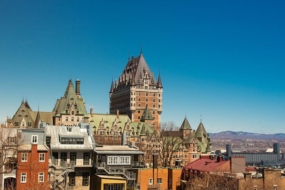 Foto van indrukwekkende gebouwen en bergen.