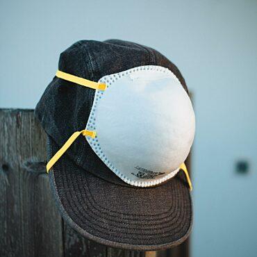 Baseballpet met mondmasker.